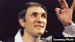 Вартан Петросян во время выступления на сцене (архив)