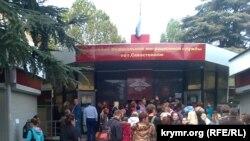 Очередь за российскими паспортами у офиса российской Федеральной миграционной службы в Севастополе? 2014 год