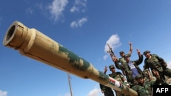 جنگجویان شورای ملی انتقالی لیبی در بنیولید، شهری واحهای در ۱۷۰ کیلومتری جنوب شرق طرابلس.
