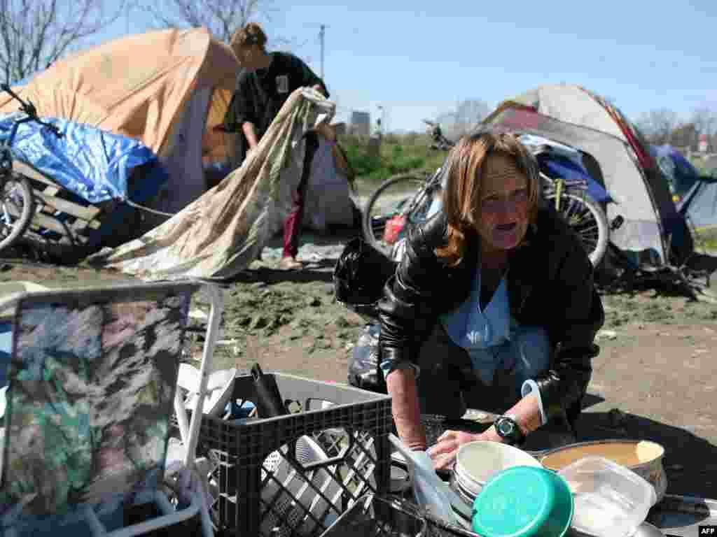 SAD - I to je Amerika... - Amerika nije samo zemlja bogatih. Carol Carlile živi u Sacramentu, Californiji. U ovom šatorskom naselju,koje je sve veće,žive beskućnici. Mnogi od njih su živjeli u kućama ali nisu mogli da otplate kredite.