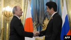 Russian President Vladimir Putin (left) meets with Japanese Prime Minister Shinzo Abe in Moscow on April 29.