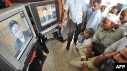 Pakistanis watching Musharraf's resignation in Lahore