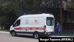 Машина скорой помощи рядом с учебным корпусом вуза, где проходит сдача ЕНТ. Алматы, 20 июня 2017 года.