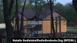 Будинок, який, за даними журналістів ЗІК, належить родині заступника міністра внутрішніх справ Сергія Чеботаря, Київська область, 28 квітня 2015 року