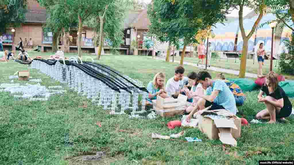 Qırımnıñ ğarp yalısındaki Baqqal belinde keçirilgen «Tavrida» umum Rusiye tasil gençlik forumınıñ «Genç mimarları ve tasarımcıları» sessiyasınıñ iştirakçileri Keriç köprüsiniñ maketini qurdılar, 2016 senesi iyül 17 künü