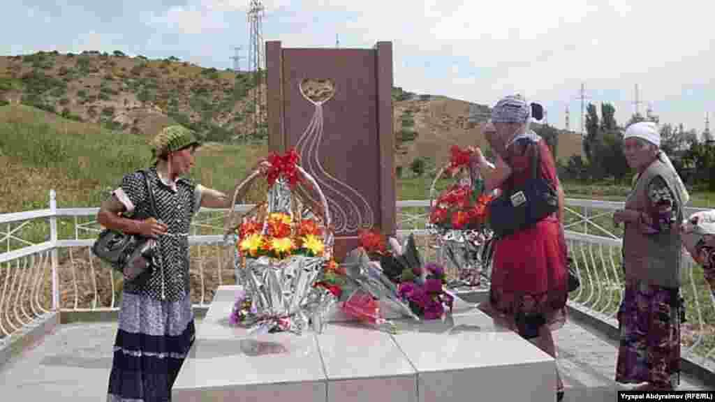 """Коогада Бишкек – Ош жол боюнда, """"Санпа"""" пахта заводунун жанында набыт болгондорго эстелик кайрадан тургузулду."""