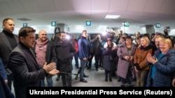 Президент Украины Владимир Зеленский во время встречи освобожденных в аэропорту Борисполь в Киеве