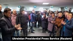 Президент Украины Владимир Зеленский (слева) во время встречи освобожденных в аэропорту Борисполь в Киеве.
