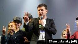 Volodymyr Zelenskiy konsert verir, arxiv fotosu