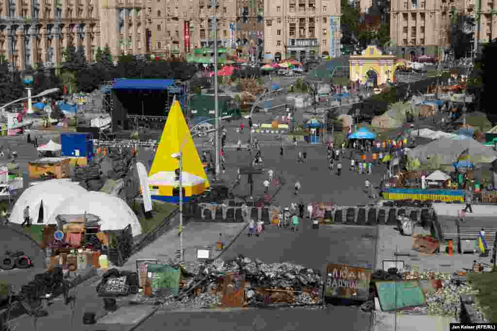 Remaining tents and barricades on Independence Square