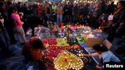 Імпровізований меморіал пам'яті загиблих унаслідок вибухів у Брюсселі, 22 березня 2016 року