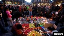Люди запалють свічки у пам'ять жертв терактів у Брюсселі, Бельгія. 22 березня 2016 року
