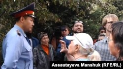 Президент резиденциясына бара жатқан зейнеткерлерді полиция қызметкерлері бөгеп тұр. Алматы, 4 қазан 2013 жыл.