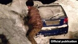 Оказавшийся под лавиной автомобиль.