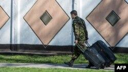 Украинский морской пехотинец оставляет расположение части в Феодосии, фото 24 марта 2014 года