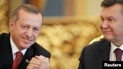 Реджеп Тайїп Ердоган (л), Віктор Янукович (п), архівне фото