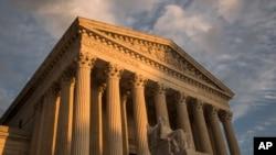 У здания Верховного суда в Вашингтоне.
