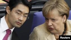 Министр экономики Германии Филипп Рёслер с канцлером Ангелой Меркель