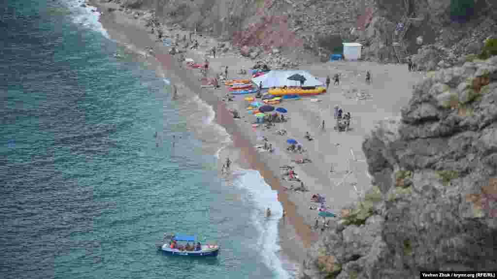 Далеко внизу виднеется пляж «Васили»
