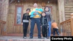 Житель Майкудука Галым Капбаев со своей семьей.