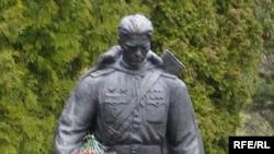 Пам'ятник радянському солдату на військовому цвинтарі у Таллінні 8 травня 2007