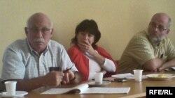 არნოლდ აიზეკსი (მარცხნიდან პირველი) ქართველ ჟურნალისტებთან