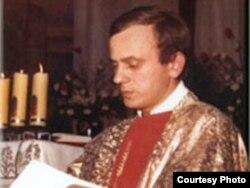 Ксёндз-дысыдэнт Ежы Папялушка, абаронца грамадзянскай і рэлігійнай свабоды супраць камуністычных уладаў Польшчы. Сьвятар прафсаюзаў быў выкрадзены і забіты ў кастрычніку 1984 году ва ўзросьце 35 гадоў.