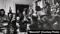 Диссиденты на квартире Юрия Айхенвальда и Валерии Герлин. В центре - Юрий Ким. 1970-е