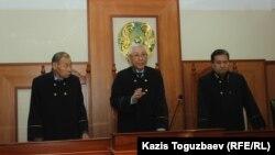 Судья Ержан Кененбаев (в центре) разъясняет суть вынесенного коллегией по уголовным делам Алматинского городского суда постановления по жалобам адвоката Айман Умаровой. Алматы, 1 ноября 2019 года.