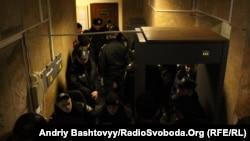 Більшість журналістів не змогла потрапити до зали і перебуває в коридорах і перед приміщенням Печерського районного суду