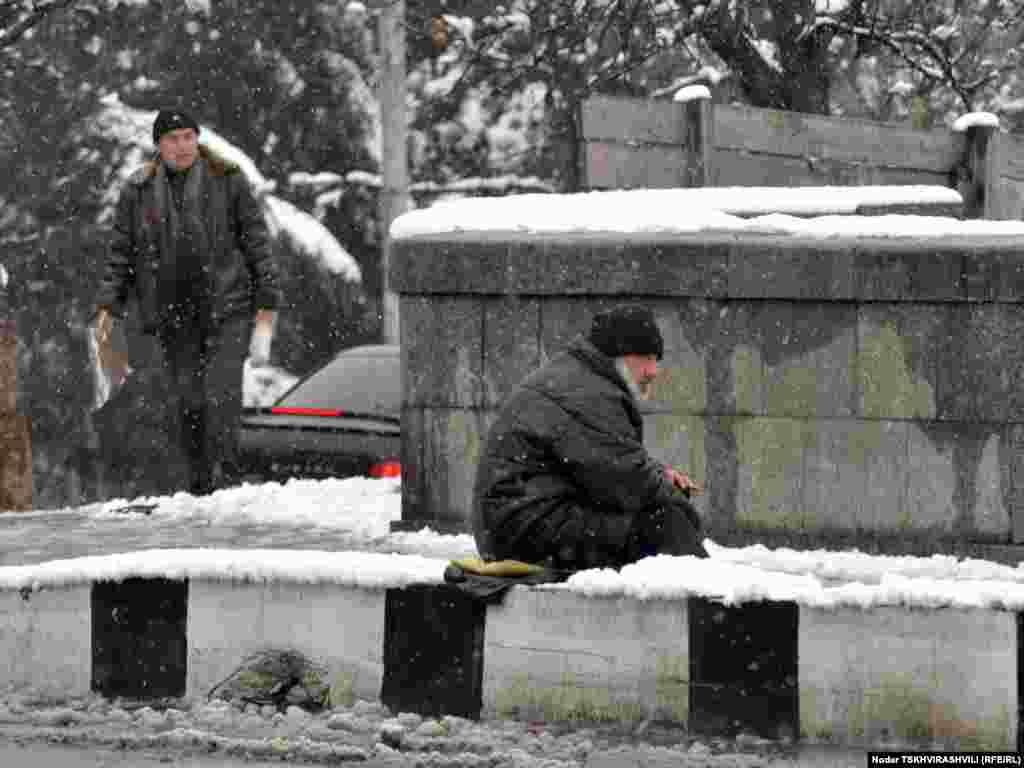 გაჩერებაზე - უჩვეულოდ უნალექო და თბილი ზამთრის ბოლოს საქართველოში თოვლი მოვიდა. მეორე დღეა, უკვე თბილისშიც თოვს.