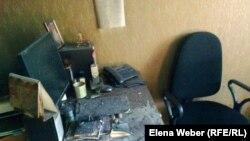 """Рабочее место главного редактора газеты """"Зеркало"""", подпорченное пожаром. Темиртау, 7 ноября 2012 года."""