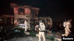 نیروهای عراقی در محل انفجار در شهر حله
