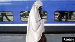 Kenza Drider, një grua e re e mbuluar, është bërë simbol në Francë me shkrimin e saj për mbulesën...