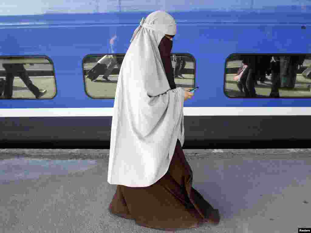 A French Muslim woman of North African descent wears a niqab at the Gare de Lyon railway station in Paris, defying France's new ban on wearing full face veils. (Reuters/Jean-Paul Pelissier )