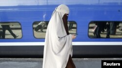 Fransada burqalı qadın