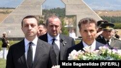 Премьер-министр Грузии Ираклий Гарибашвили (слева), бывший глава правительства Грузии Бидзина Иванишвили (справа) и президент Грузии Георгий Маргвелашвили (в центре на втором плане).
