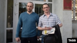 Алексей Никитин (слева) и Вадим Ковтун около здания Приморского краевого суда, в котором они были освобождены из-под стражи