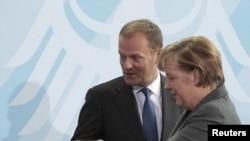 """Канцлер ФРГ Ангела Меркель и премьер-министр Польши Дональд Туск. Их отношения называют """"почти семейными"""""""