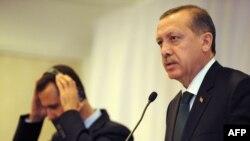 رجب طیب اردوغان (راست) نخست وزیر ترکیه در یک نشست خبری با بشار اسد، رییس جمهوری سوریه در استانبول- هفتم ژوئن ۲۰۱۰.