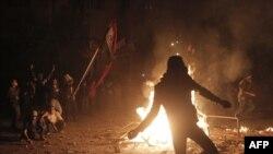 Демонстранти під час сутички з поліцією поблизу площі Тахрір у Каїрі, 22 листопада 2011 року