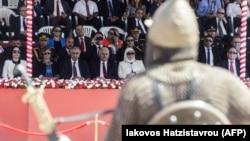 Turski lider na Kipru Mustafa Akindži (drugi sleva) i turski premijer Binali Jildirim (treći sleva) gledaju paradu vojnika obučenih u tradicionalnu vojničku odoru u Nikoziji