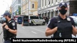 3 серпня Міністерство внутрішніх справ повідомило, що чоловік зайшов у відділення «Універсал Банку» в бізнес-центрі «Леонардо», заявив, що в нього в рюкзаку вибухівка, і попросив викликати поліцію