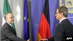 علی اکبر صالحی (چپ)، وزیر امور خارجه ایران و گیدو وستروله، همتای آلمانی وی.