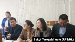 «Азаттык» радиосу, кабарчы Али Токтакунов, «Kloop.kg» жана «24.kg» сайттарынын адвокаттары.