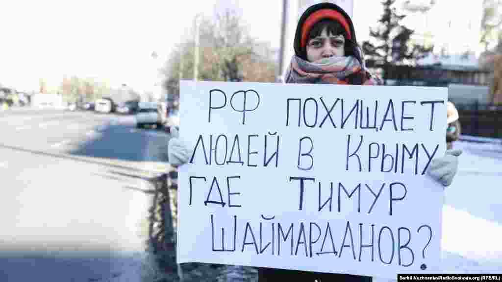 Во время акции около 10 активистов расположились по одному около здания посольства
