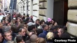 Migranți moldoveniu așteptînd să voteze la Roma, noiembrie 2010. (foto: Tatiana Nogailic)
