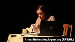 Анна Яремчук, актриса театра «Перетворення» во время представления 5 ноября 2016 года