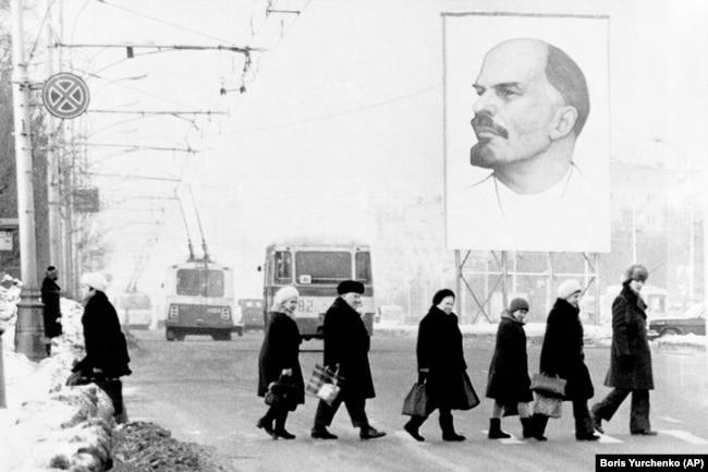 'Vilson i Lenjin (na posteru u Moskvi) su lansirali pravo nacija na samoopredeljenje i Vilson je bio u prilici da to i nametne tako što je mislio da su Južni Sloveni ako ne jedan narod, da im ''treba dati šansu''.'