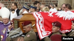 Солдаты польской армии несут гроб с телом погибшего президента Леха Качиньского